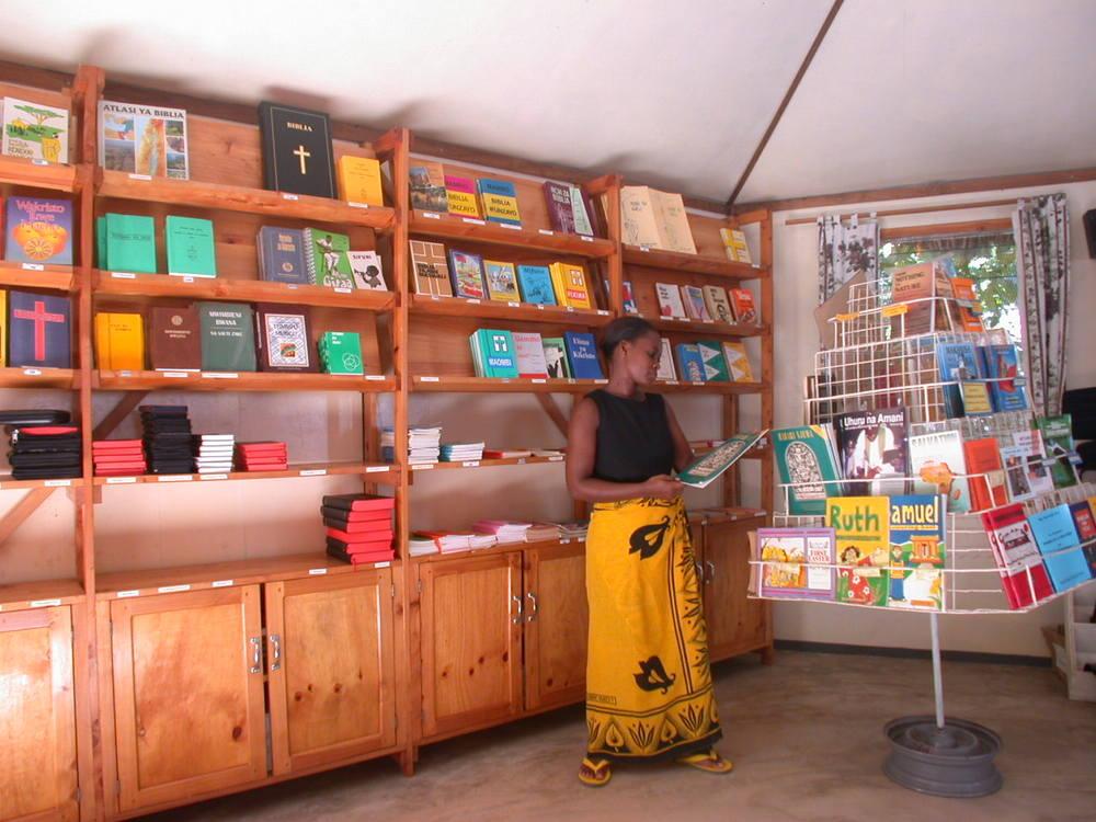 Fra den første bogbutik i Dar Es Salaam 2003.jpg