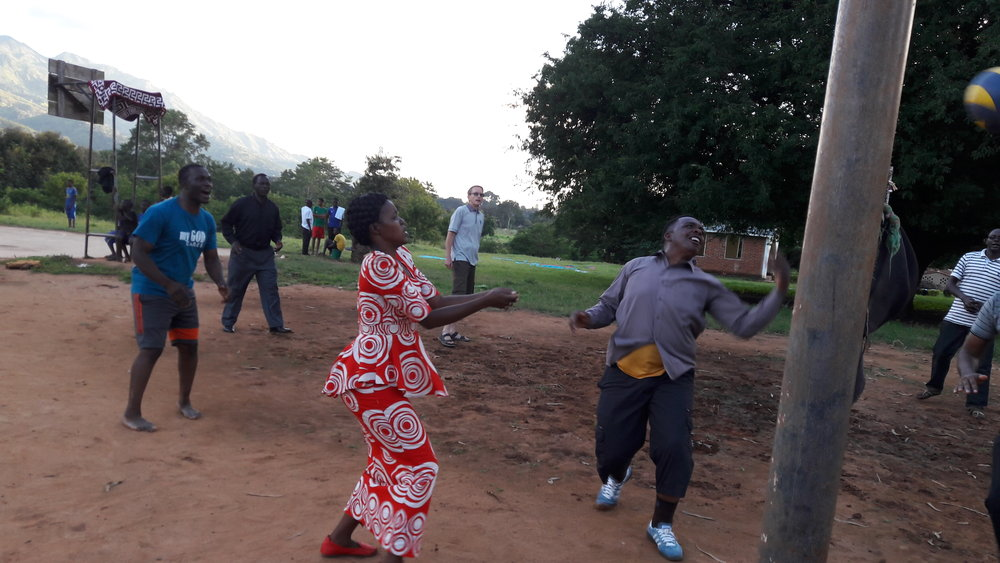 Tulikuwa na nafasi nzuri ya kushiriki michezo kwa ajili ya afya zetu. Hapa tunaona Martin wa Arusha, Esteria wa Mwanza na Hayeli wa Mbeya, wanaocheza volleyball.