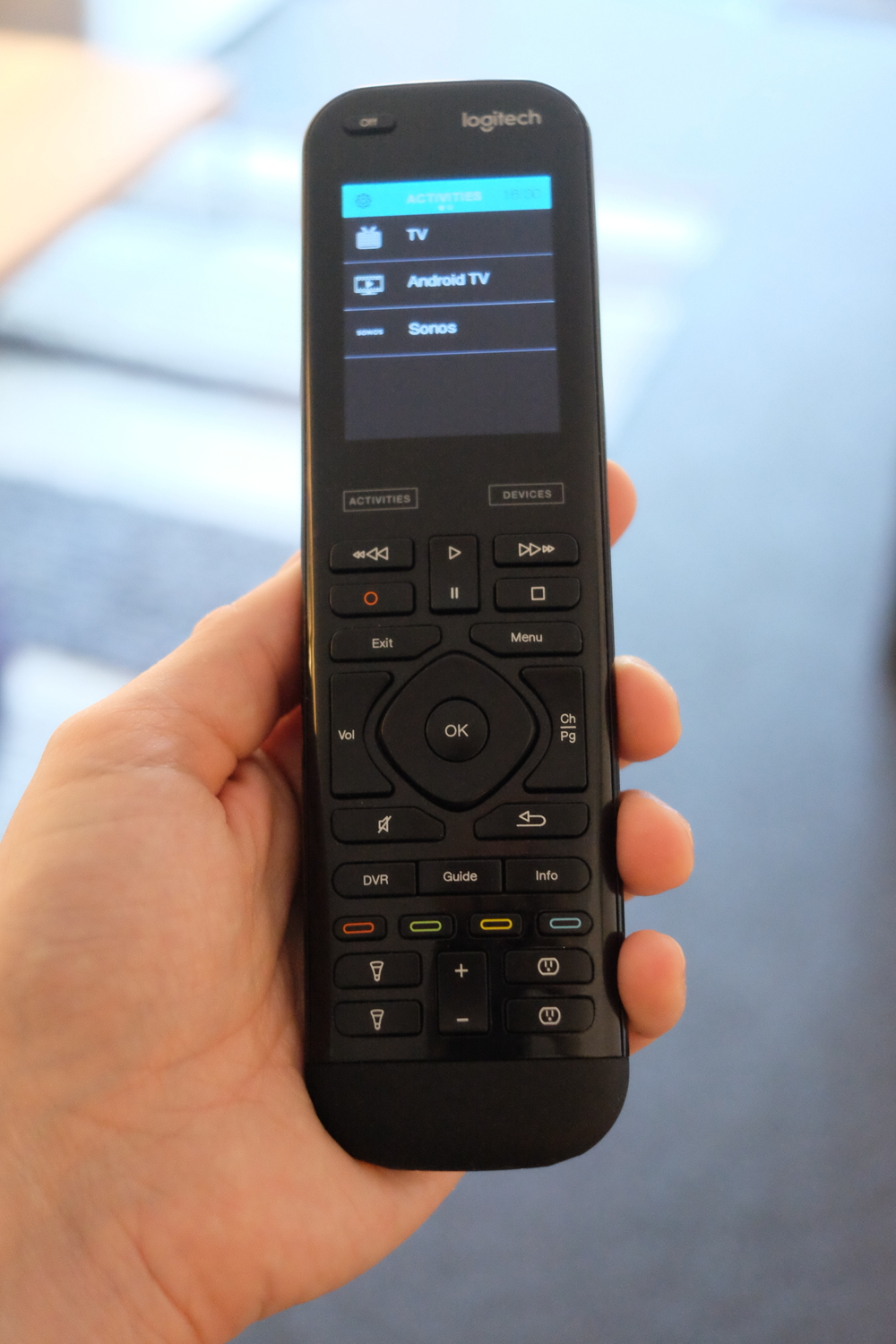 The Logitech Harmony Elite in hand - Photograph Philippe Regnier