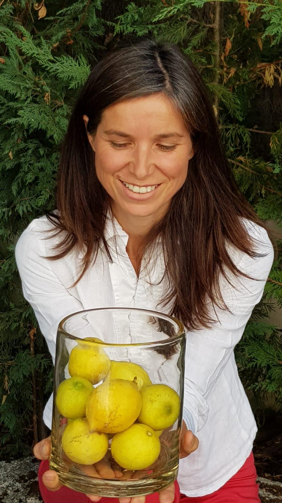 - Empieza el día con un vaso de agua tibia con el zumo de medio limón, en ayunas