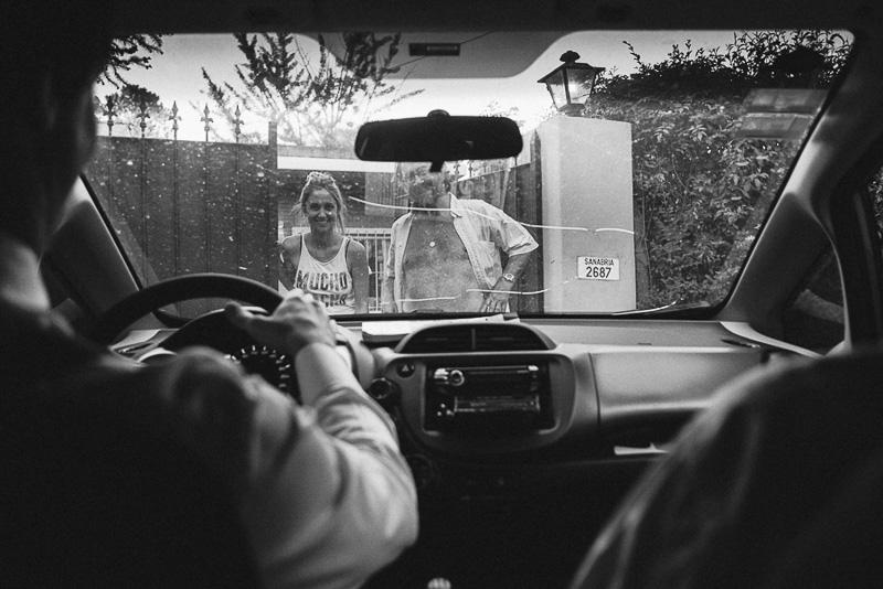 imagen desde dentro del auto, saludando a la familia