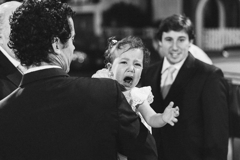 bebe llorando en brazos de su padre