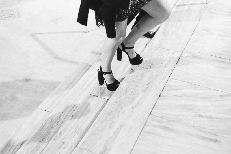 imagen de piernas subiendo escalinatas
