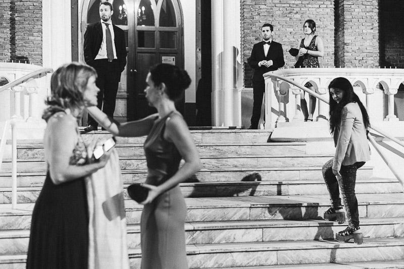 mujeres arreglándose el peinado en la puerta de la iglesia