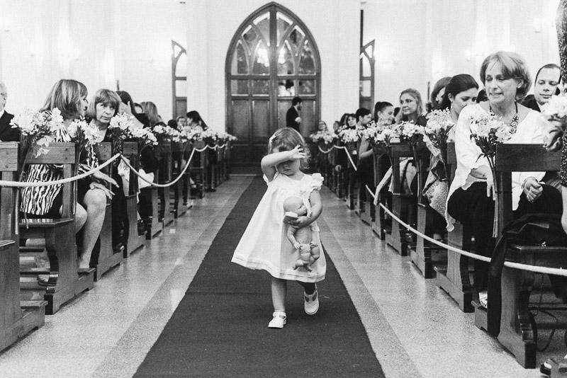 niña llorando en el pasillo central de la iglesia