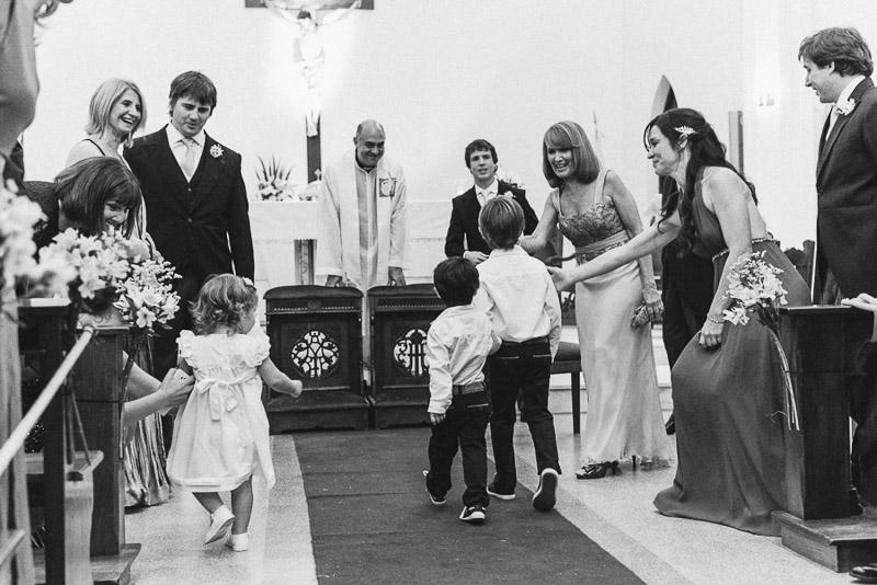 niños en el altar de la iglesia
