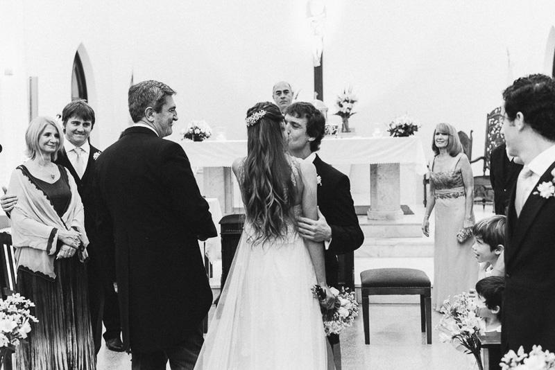 novios se saludan en el altar
