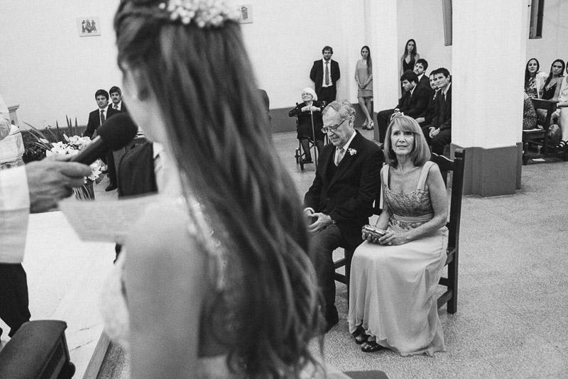 padres observando a su hija que en su boda