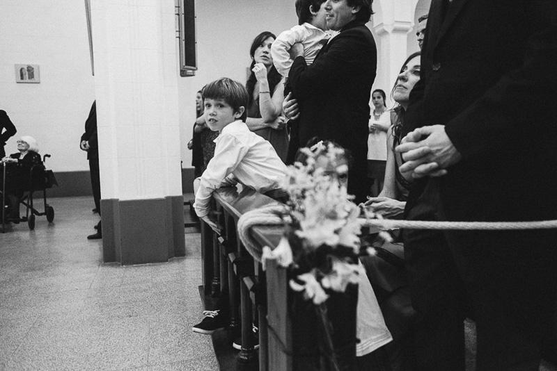 niño observando la ceremonia