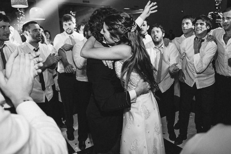 abrazo de los novios mientras bailan