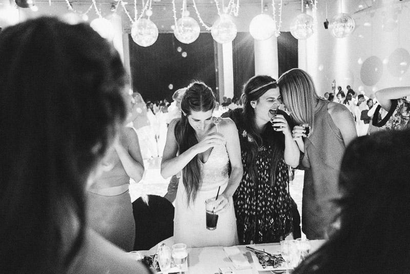 novia brinda con sus amigas