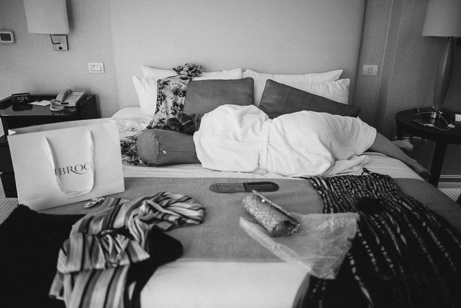 novia recostada, durmiendo una siesta