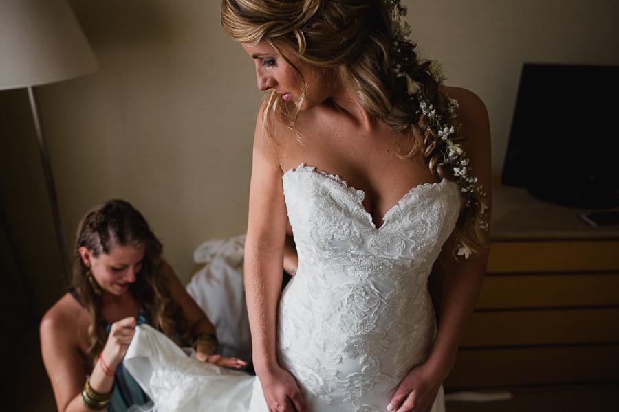 novia y hermanas, detalles del vestido de novia