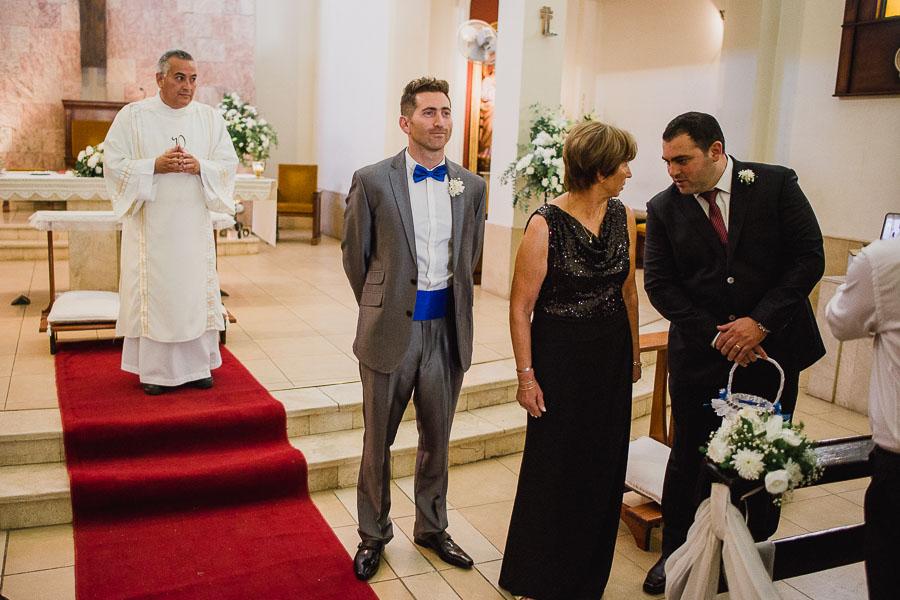 novio esperando a la novia en el altar