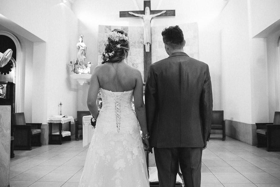 novios en el altar, foto tomada desde atras