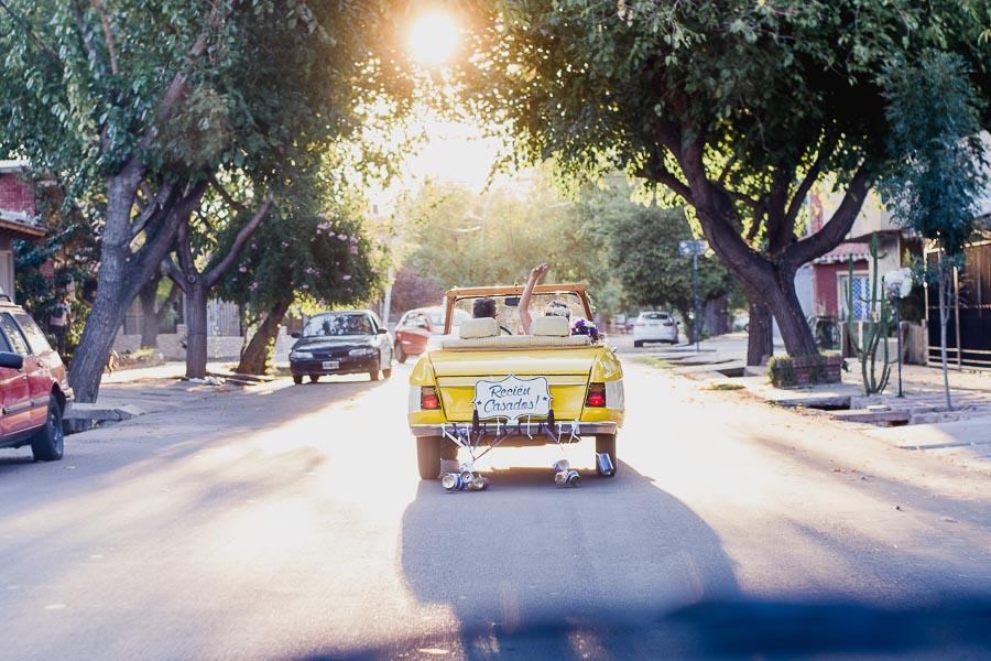 imagen desde lejos novios trasladándose en auto