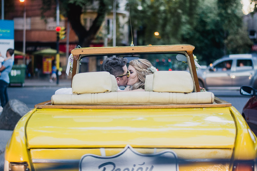 novios besándose mientras esperan el verde de un semáforo
