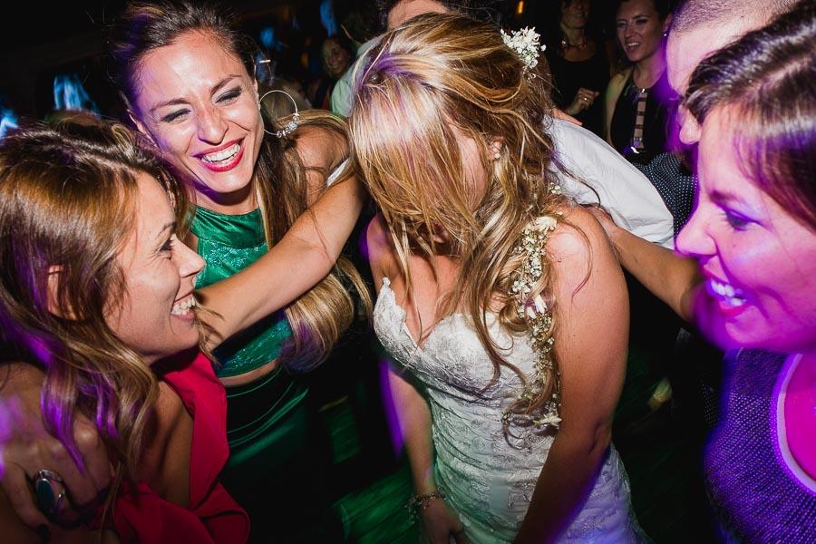 novia y amigas bailando