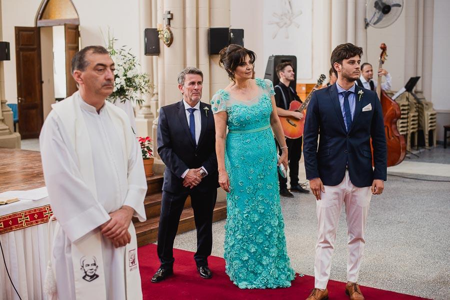 Esperando que la novia llegue al altar