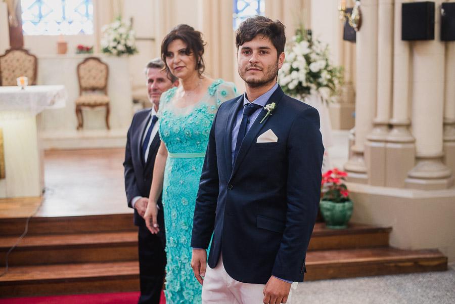 Novio observa la llegada de la novia
