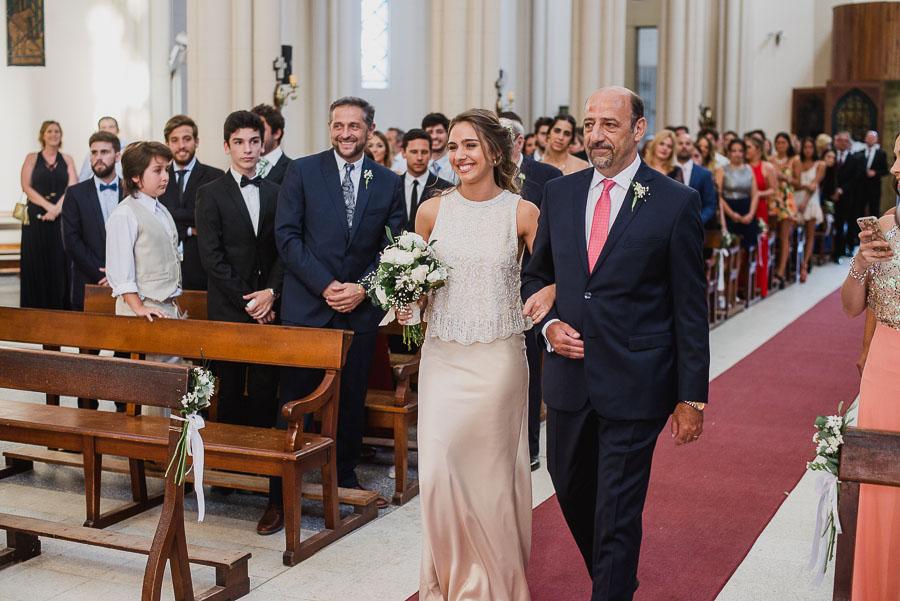 la novia llegando al altar