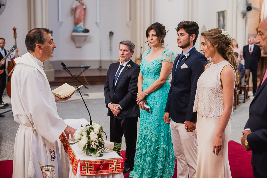 cura parroco en plena celebración del matrimonio