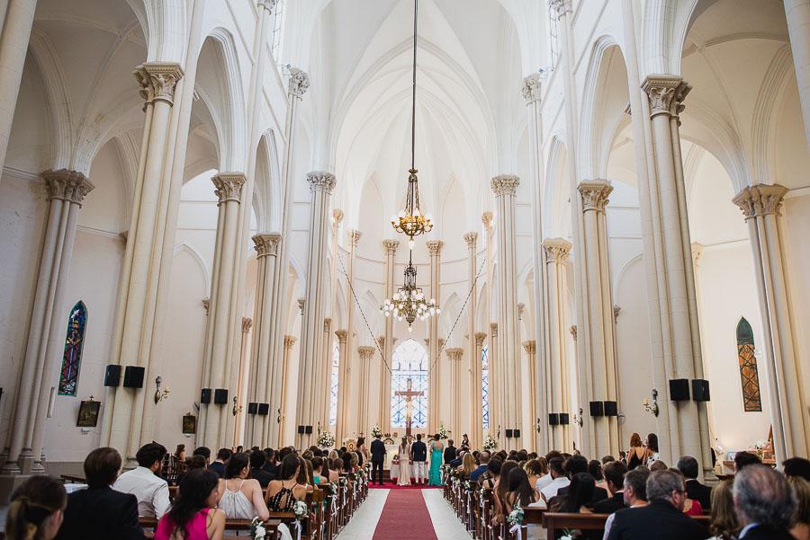 imagen imponente de la Iglesia tomada desde la puerta de ingreso hacia el altar principal