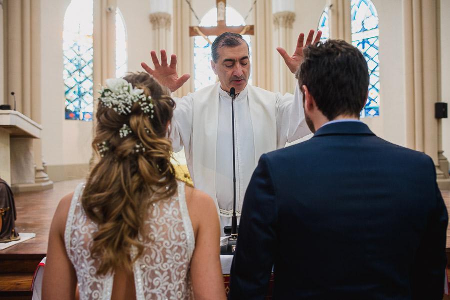 el cura párroco bendice a la pareja