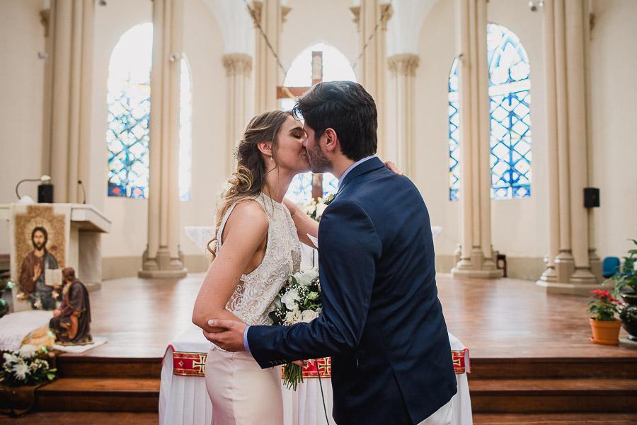 novios dándose su primer beso como matrimonio