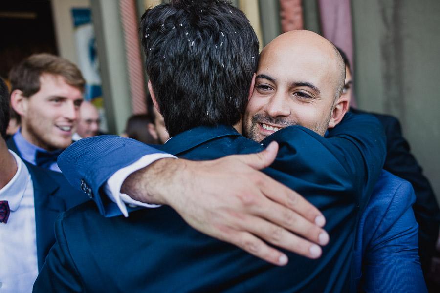 abrazo del novio y un amigo