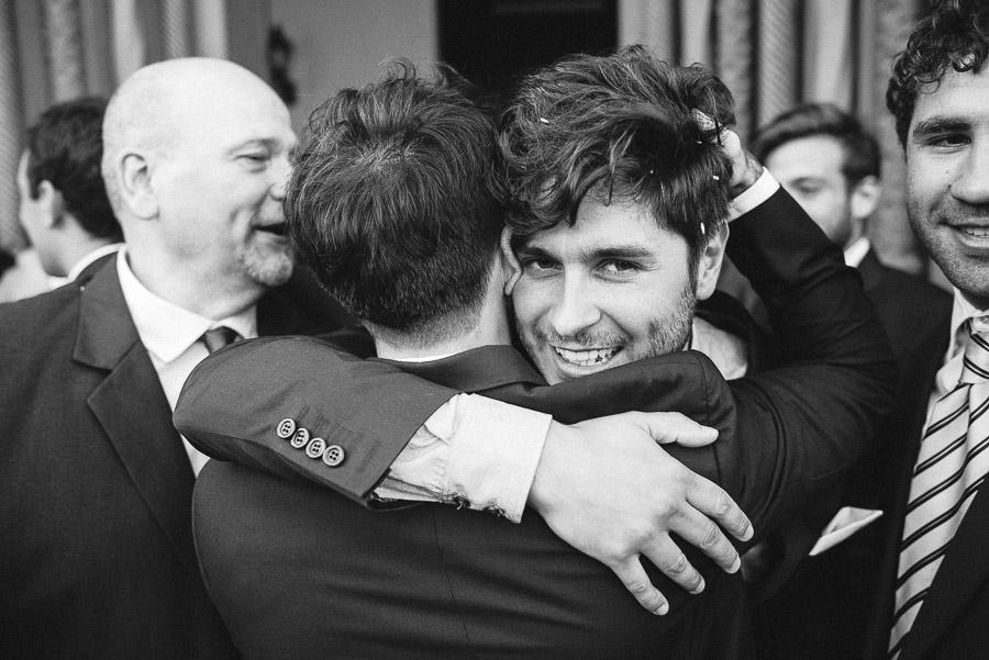 abrazo del novio con amigo
