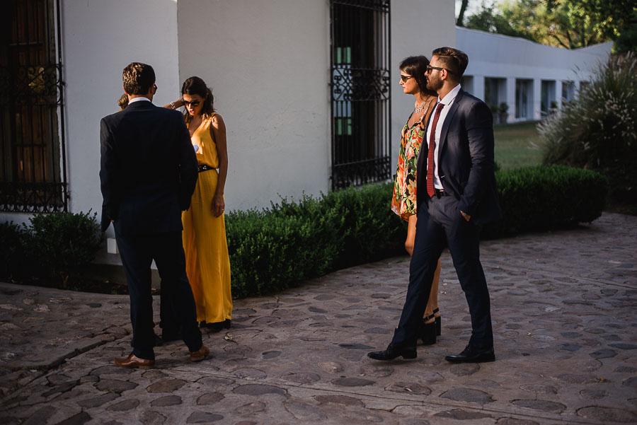 Invitados ingresando al Salón Tres Hojas