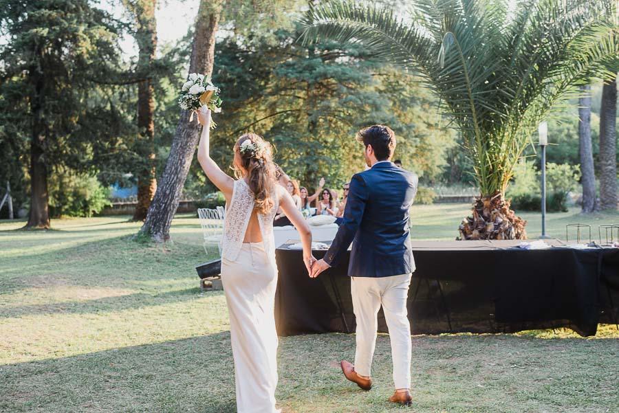 recién casados dirigiéndose a la ceremonia civil