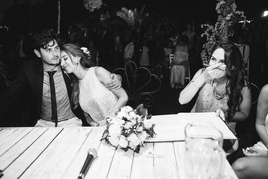 novia se apoya sobre su esposo ante la mirada de sus testigos
