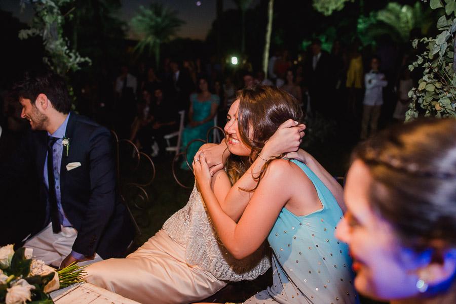 abrazo entre novia y una testigo de la ceremonia