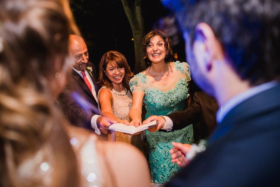 familia de los novios entregan la libreta de familia a los recién casados