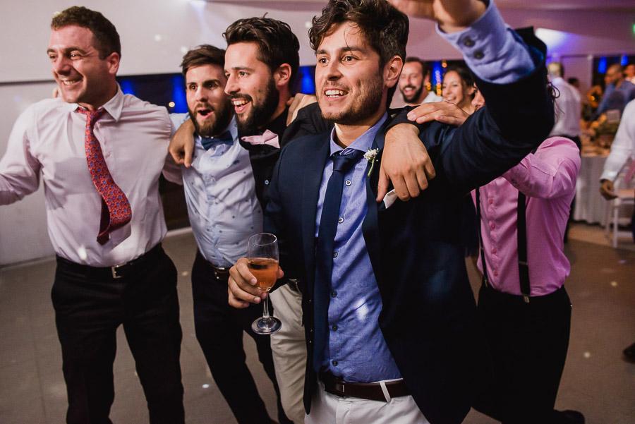celebrando el casamiento novio y amigos
