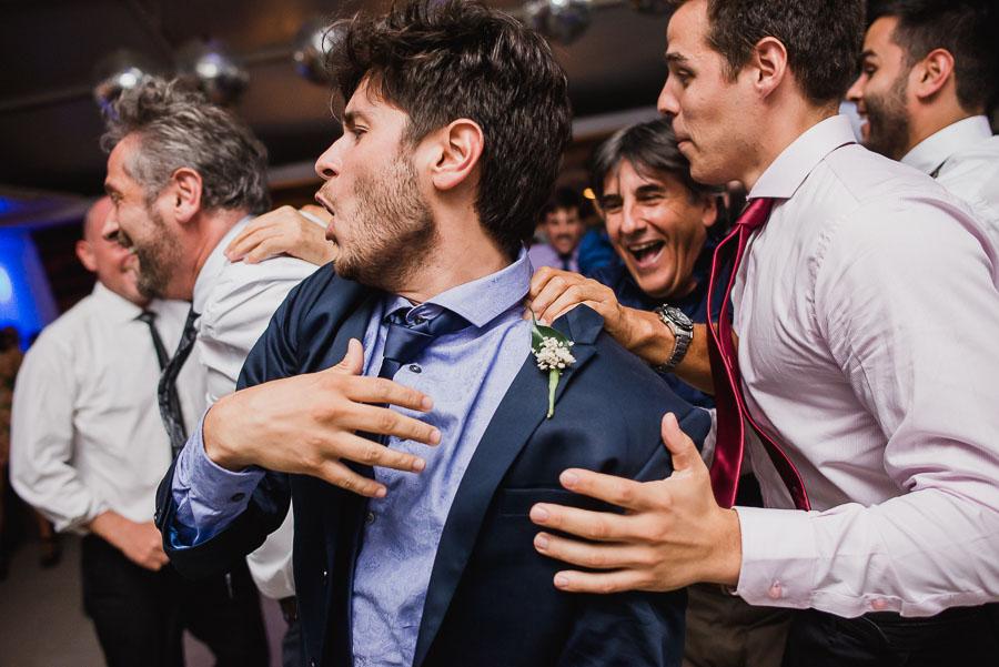 novio bailando entre amigos