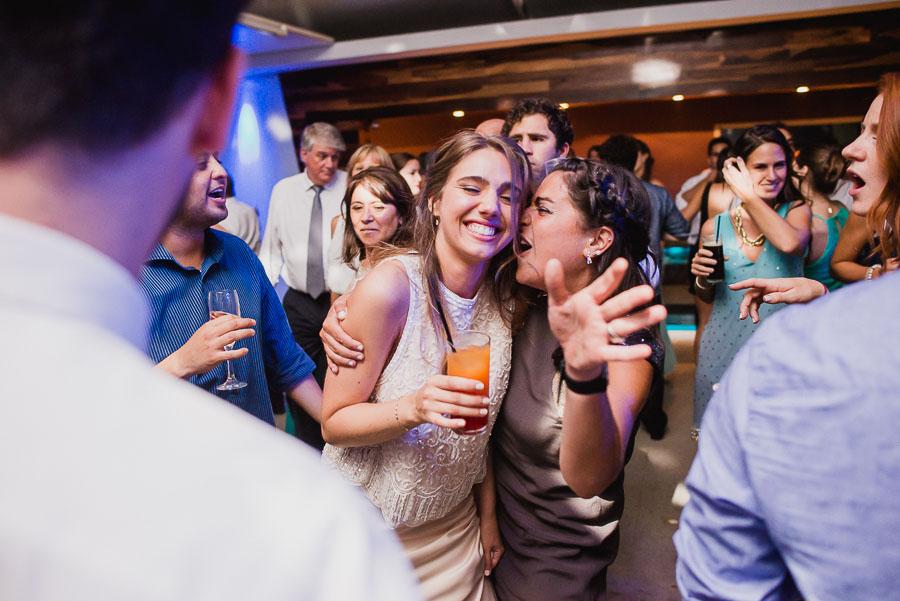 novia y amiga bailando