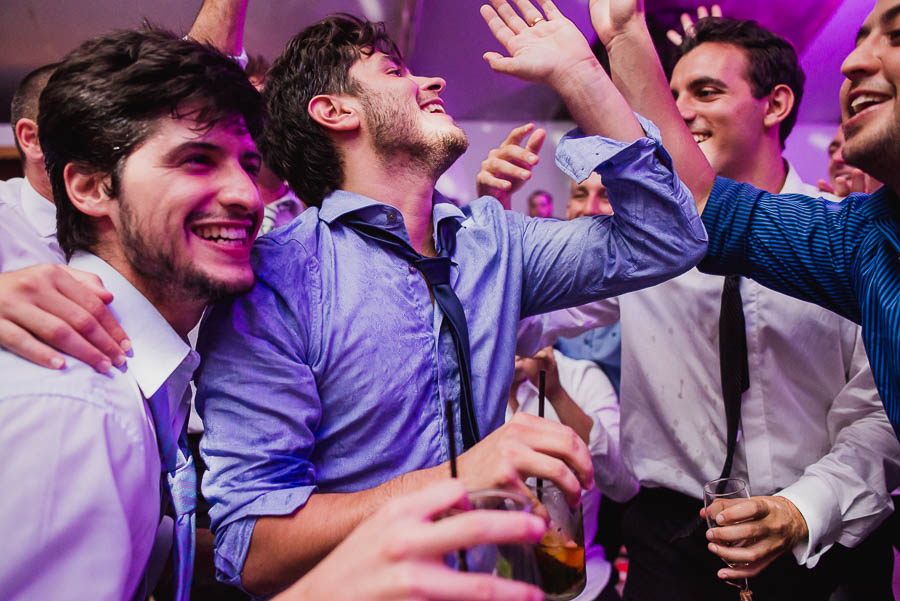 amigos y novio festejando