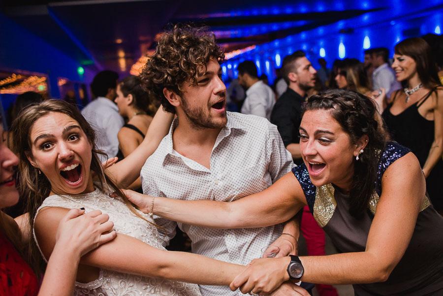 invitados y novia bailando