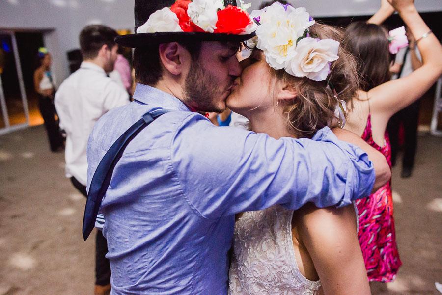 beso intenso de los recién casados