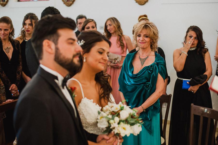 madre de la novia observa emocionada la celebración