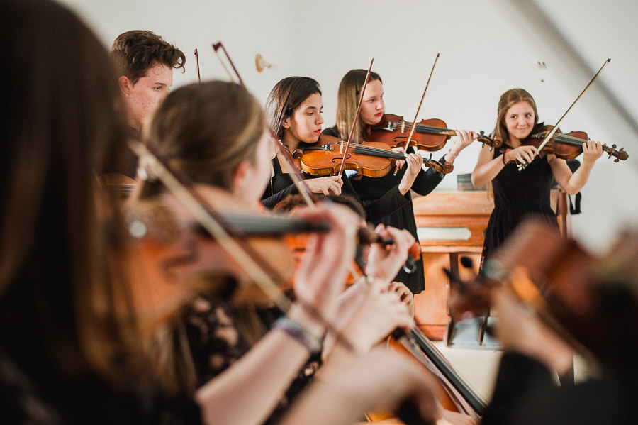 grupo de jóvenes tocando el violín