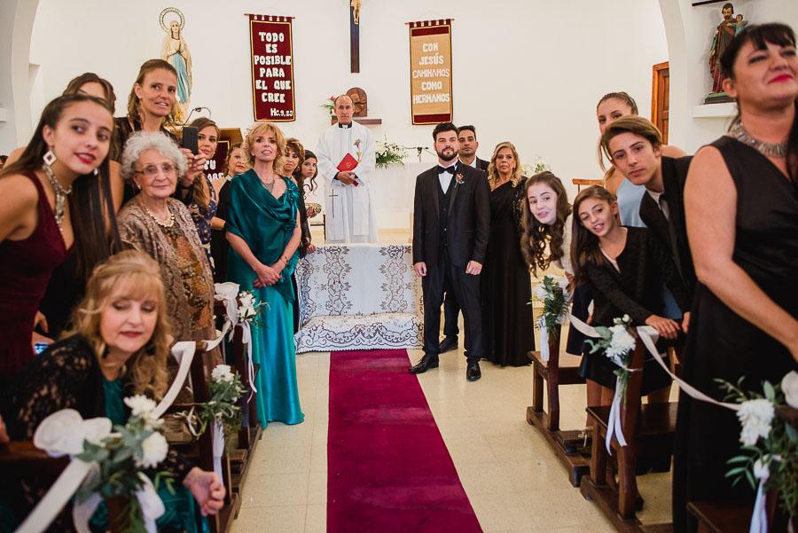 el novio en el altar, asombrado por ver a su futura esposa llegando