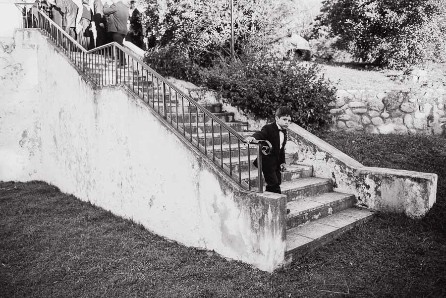 niño en la base de la escalera de la capilla
