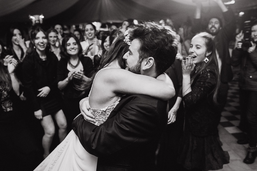 novios bailando abrazados