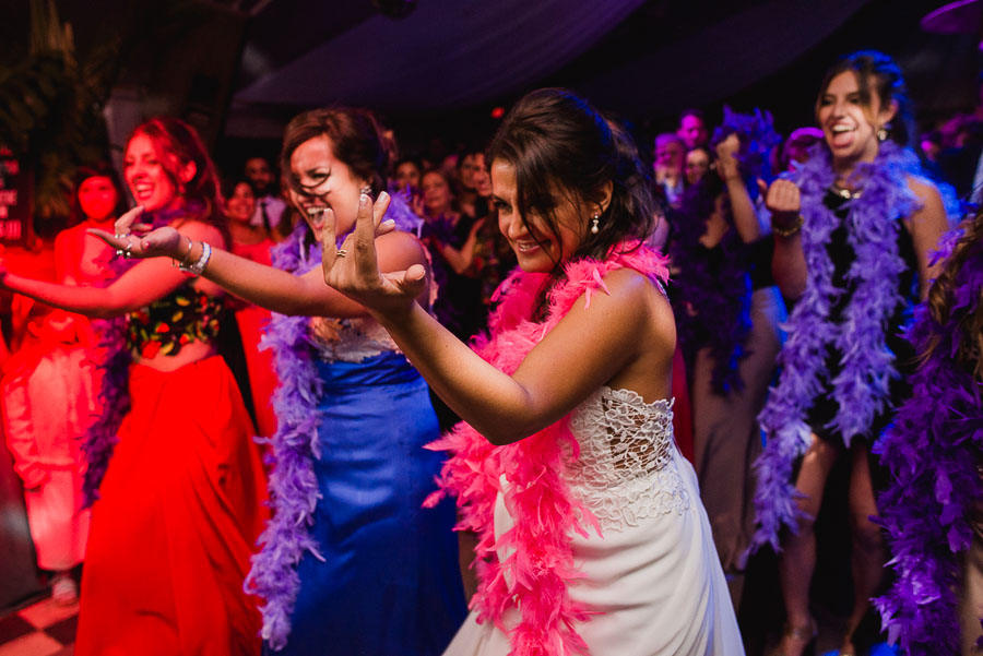 novia bailanmdo con sus amigos coreografía elaborada