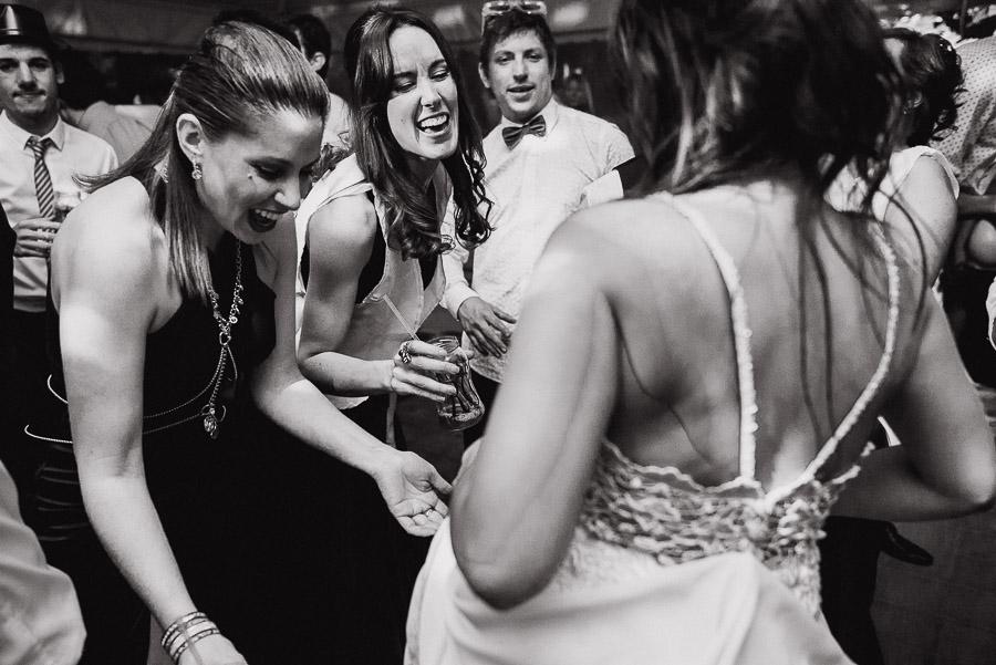amigas bailando con la novia