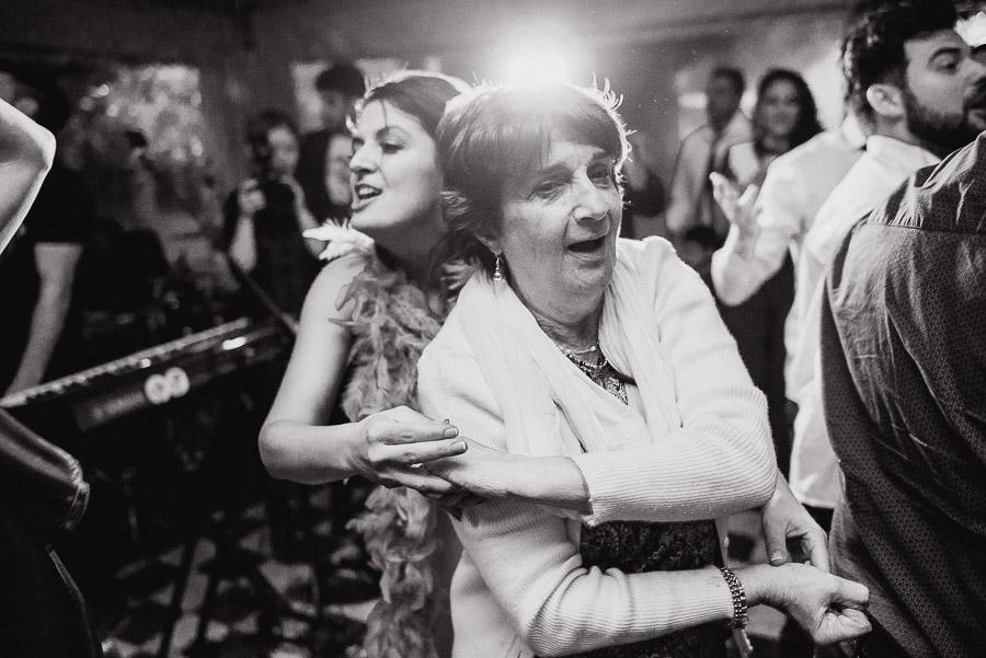 abuela también en medio de la pista bailando